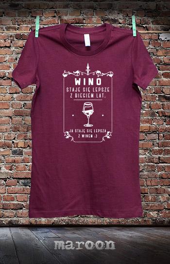 koszulka damska STAJĘ SIĘ LEPSZA Z WINEM kolor maroon