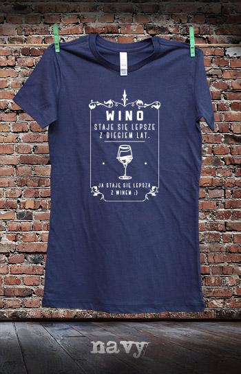 koszulka damska STAJĘ SIĘ LEPSZA Z WINEM kolor navy